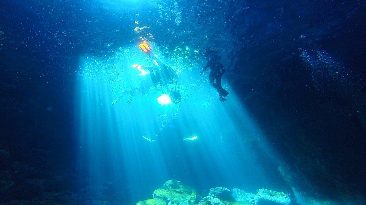 澎湖藍洞地景,美不勝收,在科博館可以透過VR裝置化身潛水夫觀賞。圖/科博館提供