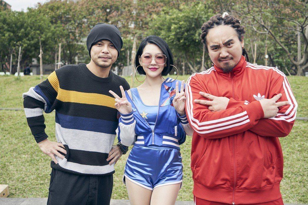 小S跨刀和Matzka合唱又拍MV,黃明志(左)擔任導演。。圖/索尼音樂提供