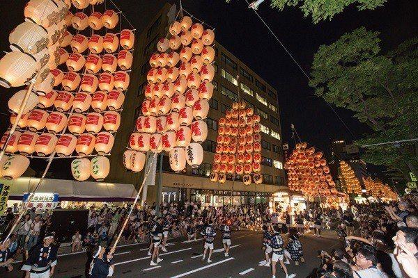 雄獅旅遊推出日本節慶主題旅遊,造訪秋田竿燈祭。圖/雄獅旅遊提供