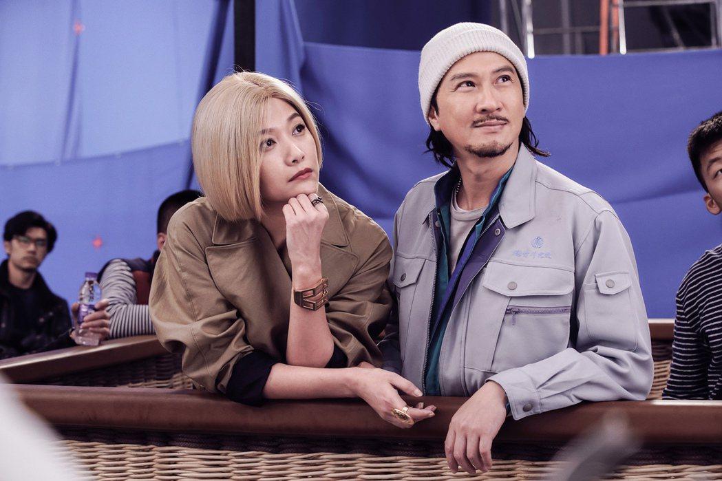 徐靜蕾戴金色假髮演出張家輝(右)自導自演新片「低壓槽」。圖/華映提供