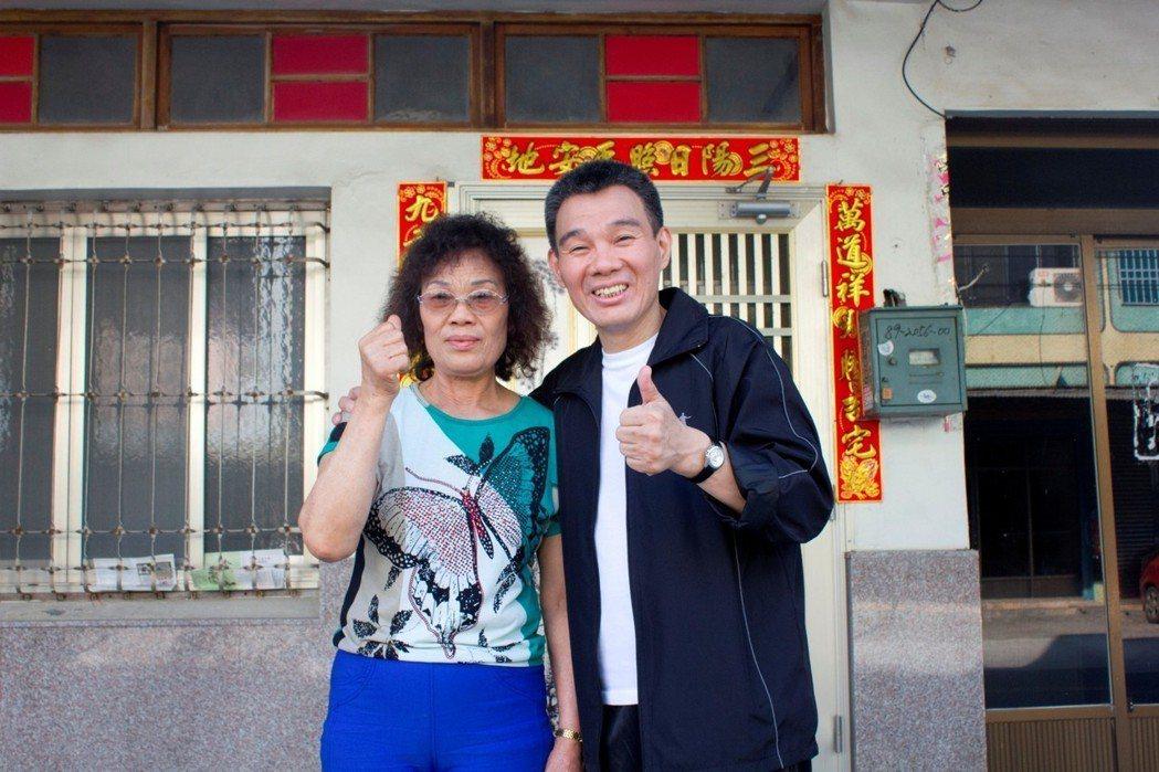 陳雷喝媽媽為他煮的蜆仔湯,精神百倍。圖/大大國際娛樂提供