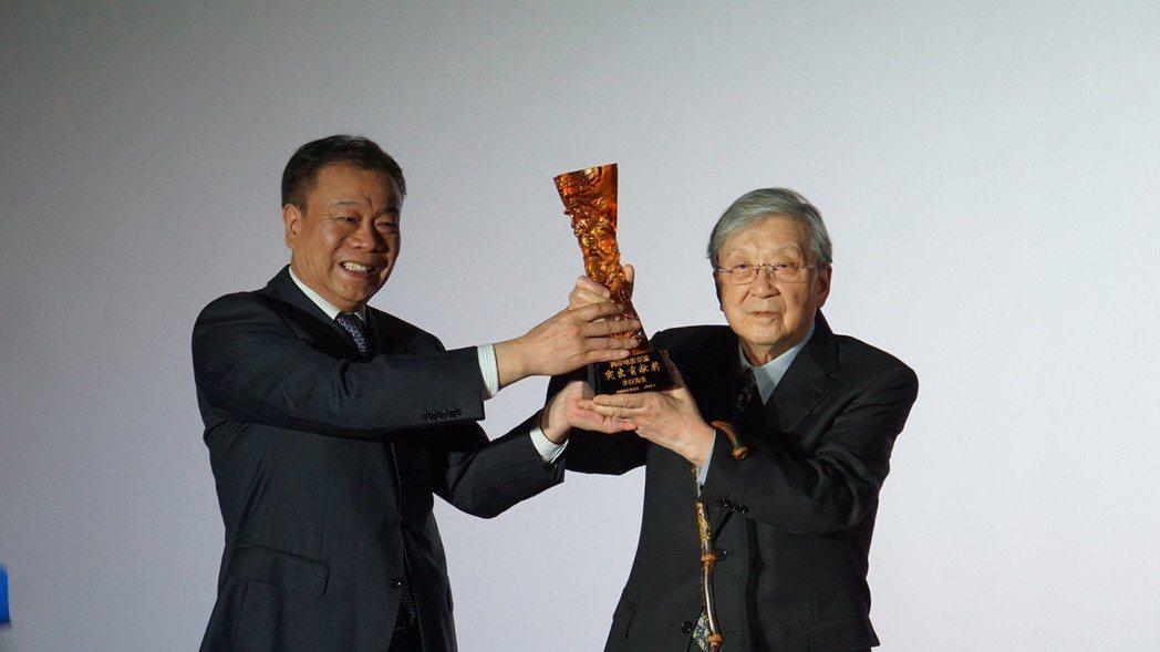 李行(右)獲頒「兩岸電影交流貢獻獎」。圖/兩岸電影展提供
