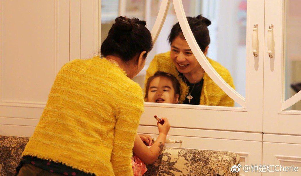 鍾楚紅發布和友人女兒的合照,臉上流露母性的光輝。圖/摘自微博