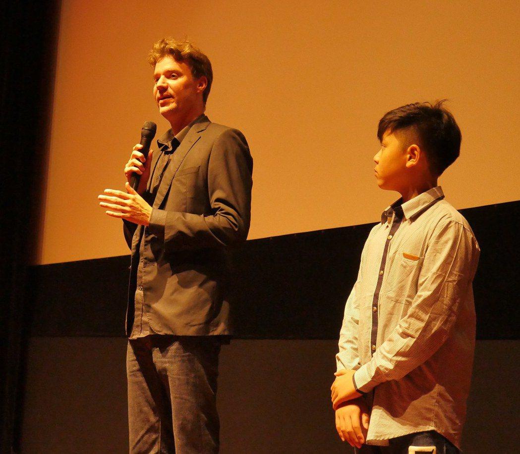 新片「小玩意」荷蘭籍導演王洪飛與童星鍾宸翃。圖/前景提供