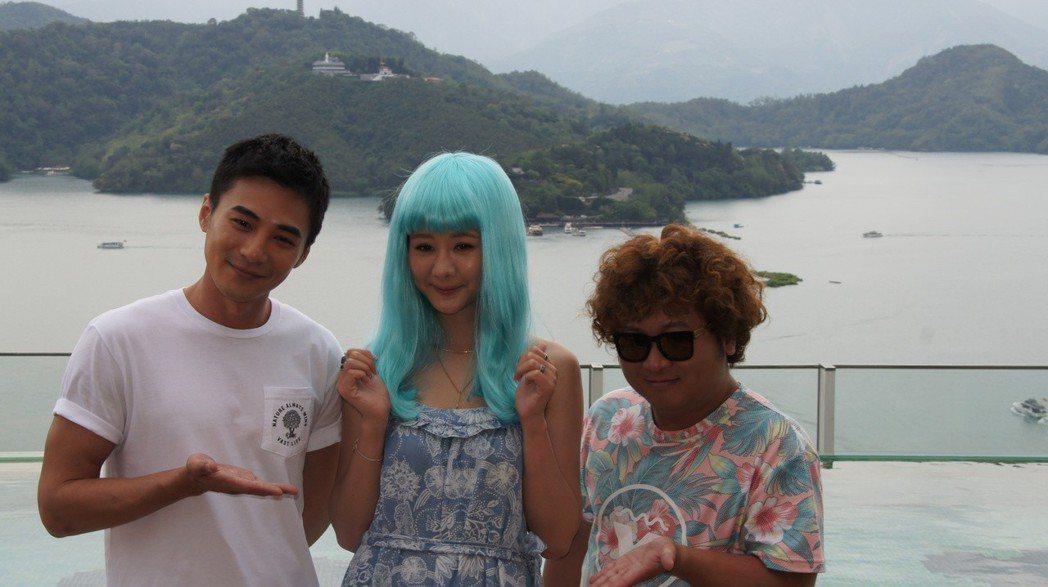 是元介、安心亞和納豆今天到日月潭拍攝電影「殺手不笨」。圖/南投縣政府提供