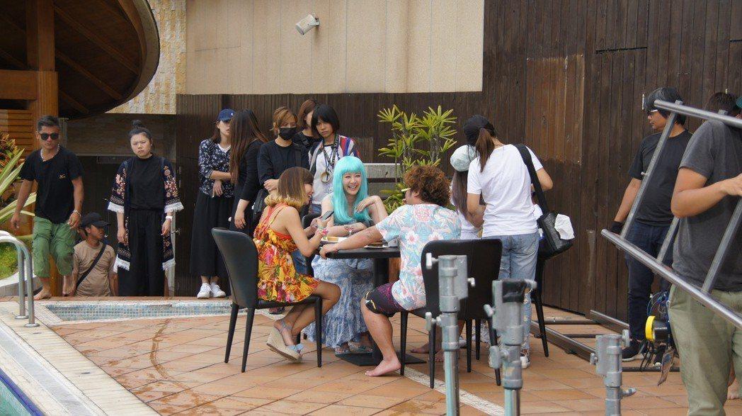 納豆和安心亞等人在日月潭「日月行館」拍片。圖/南投縣政府提供