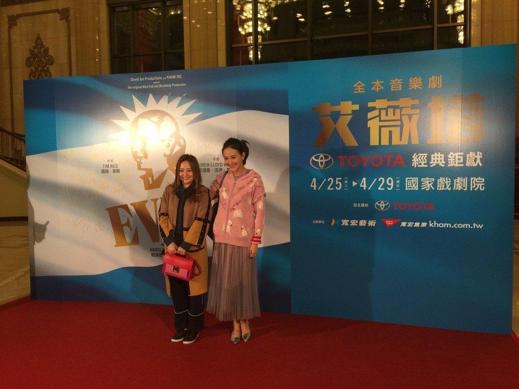何嘉文與何妤玟一同欣賞音樂劇「艾薇塔」。記者蘇詠智/攝影