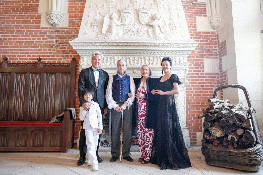 張庭(右)丶林瑞陽(左)夫婦在法國獲頒騎士勳章。 圖╱達爾威提供