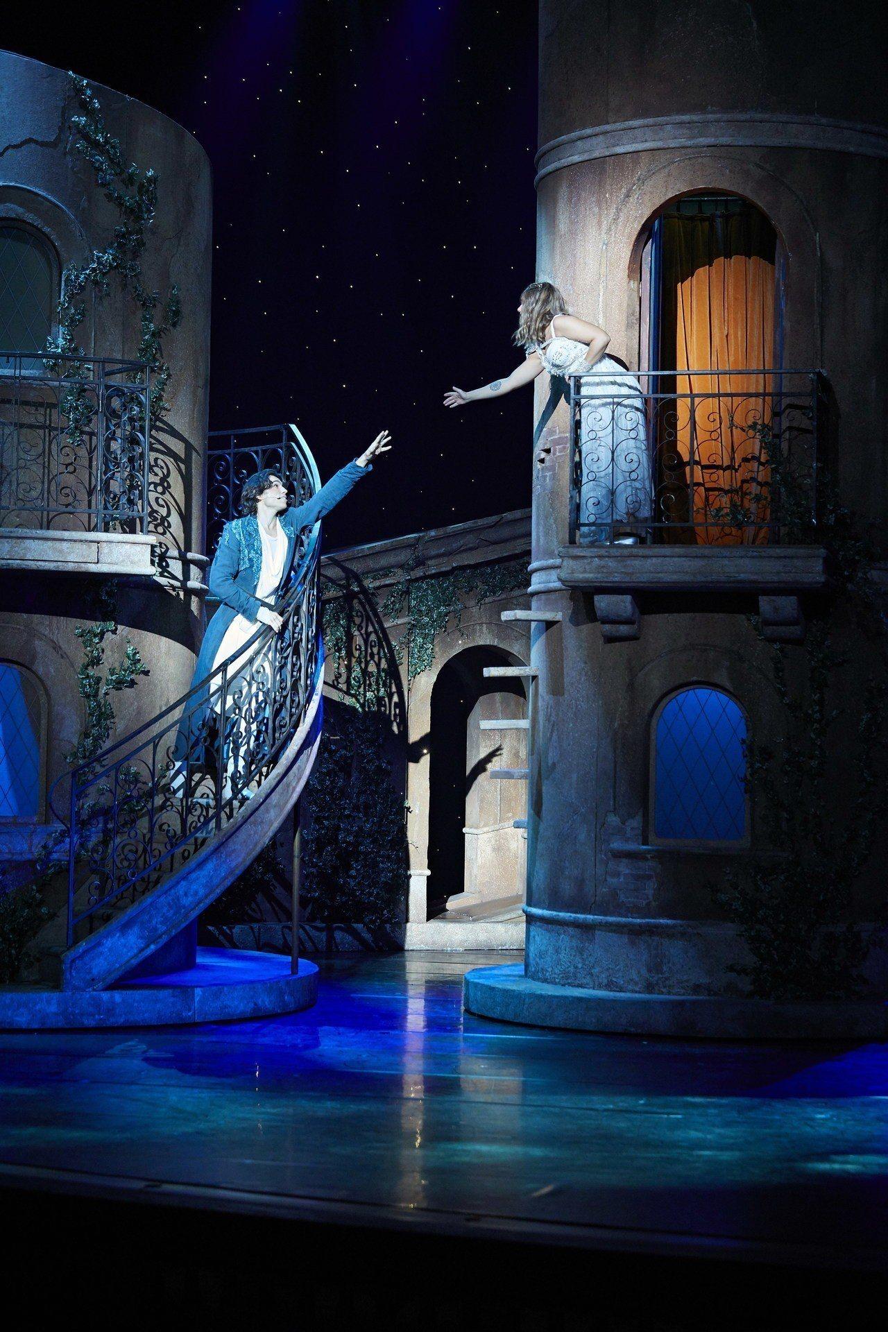 法國音樂劇《羅密歐與茱麗葉》。圖為舞會後,羅密歐闖入卡布雷特伯爵家,在茱麗葉的陽...