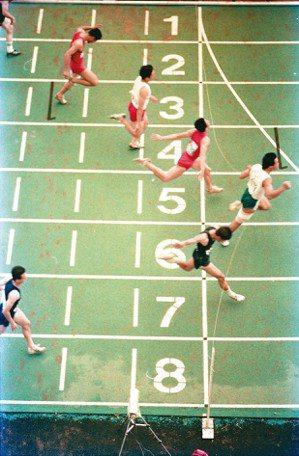 一無所懼,向前奔跑。圖為1988年在中央大學舉辦的第19屆全大運。(圖/本報...