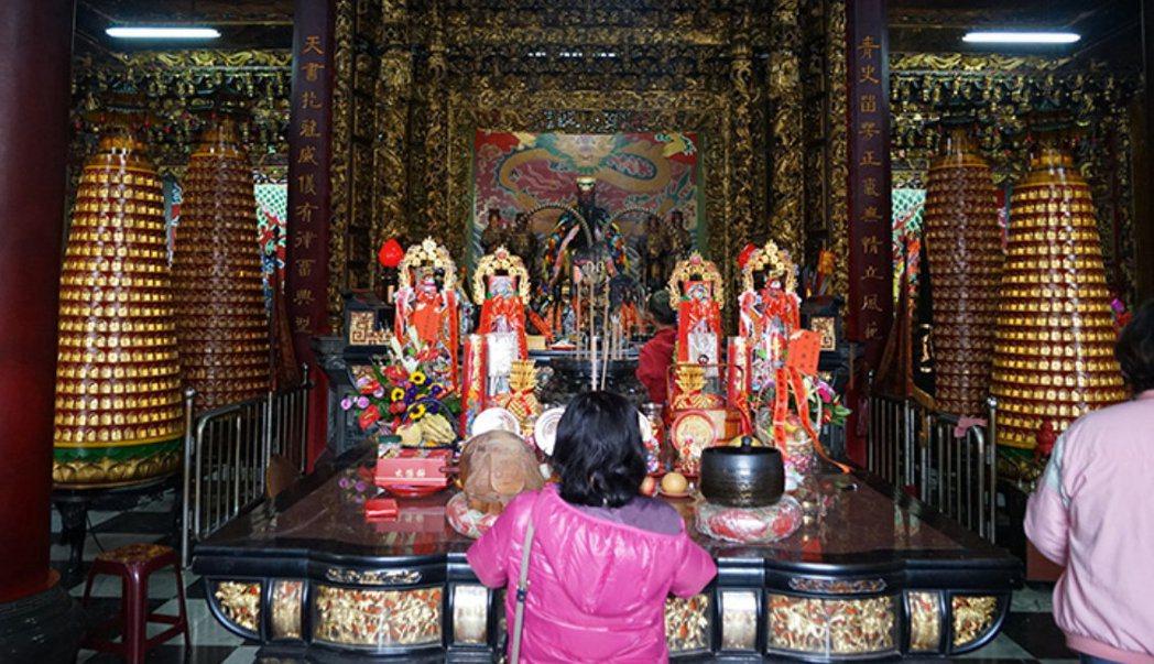 信徒多認為靈驗比外觀重要,埔里鎮青天堂因此順應民心維持廟內包公的紅臉形象。 圖/...