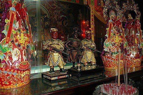 竹山鎮聖義廟供奉的「紅旗公」,手持火銃(槍),全台少見。 圖/攝自網路