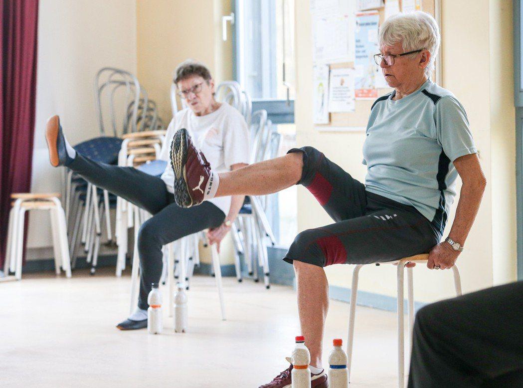 德國的橘屋多代活動中心有許多老人前來參加運動課程。 特派記者鄭清元/德國攝影