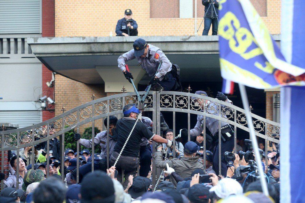 前天立法院軍人年改舉行公聽會,八百壯士再度上街抗議,在立法院大門口前爆發激烈衝突...