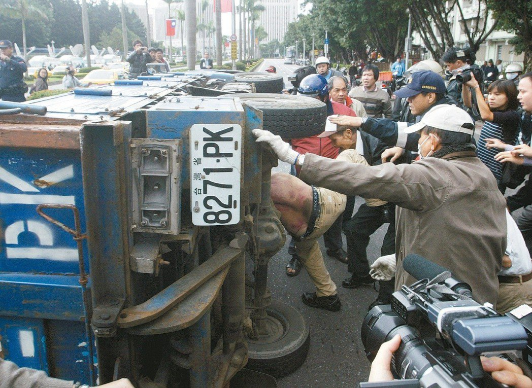 2007年中正紀念堂拆匾爆流血衝突,一民眾駕駛藍色小貨車加速撞上多位採訪記者與民...
