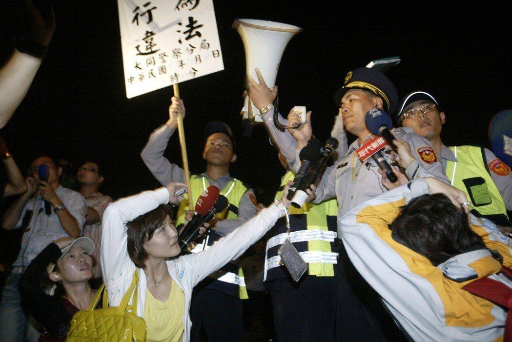 2008年抗議民眾包圍圓山飯店向陳雲林嗆聲,警方舉牌即遭到民眾丟寶特瓶,讓採訪的...