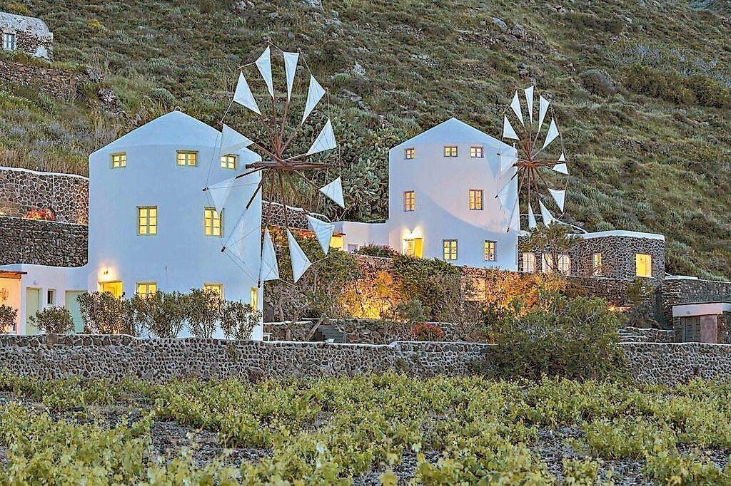 浪漫遊希臘別忘了住宿最具特色的風車別墅酒店。 圖/Booking.com/提供