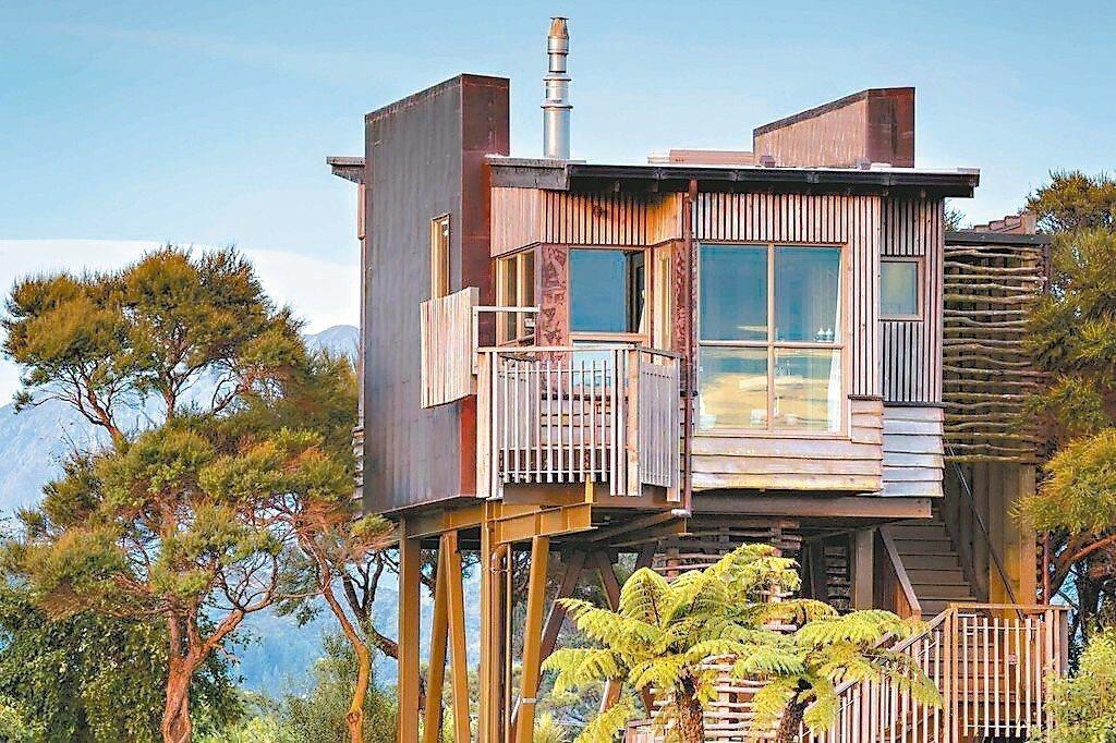 樹屋外表看起來簡樸,內部且具有高科技配備。 圖/Booking.com/提供