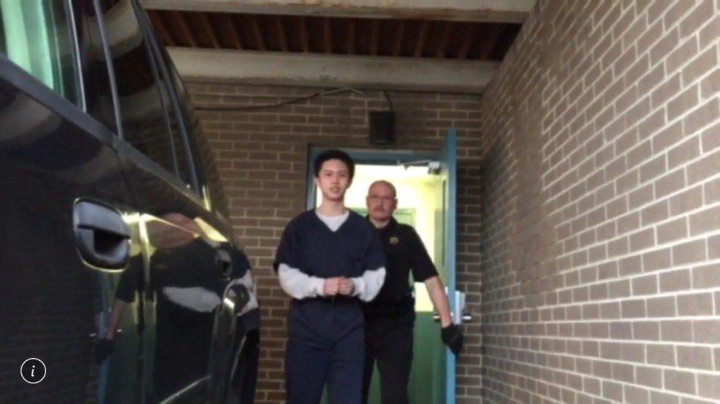 孫安佐(左)在美涉嫌恐嚇槍擊校園與持有犯罪工具意圖犯罪,25日出席預審法庭後離開...