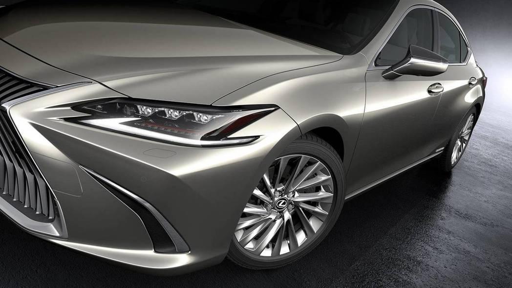 全新ES整體車頭銳利化,比起上一代更有特色。 摘自Lexus