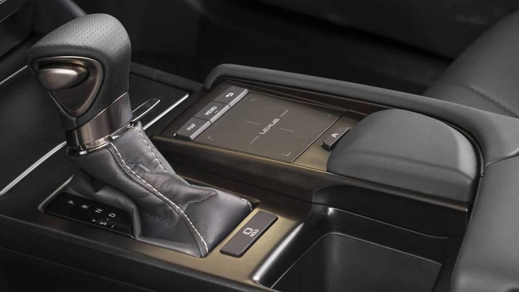 ES350 搭配8速手自排變速箱。 摘自Lexus