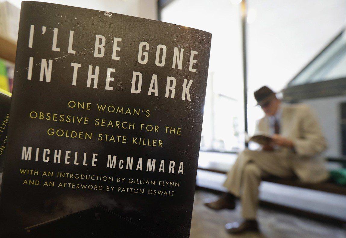以金州殺手為主題的寫實犯罪小說:《我將在黑暗中消失》。 圖/美聯社