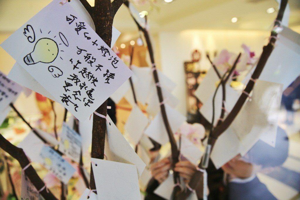 小燈泡案件震驚台灣社會。圖為民眾於弔唁現場寫下的卡片。 圖/聯合報系資料照