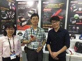 威豹(AMPA攤位L0020)總經理戴健郎(中)表示,該公司反接霸王夾已經取得發...