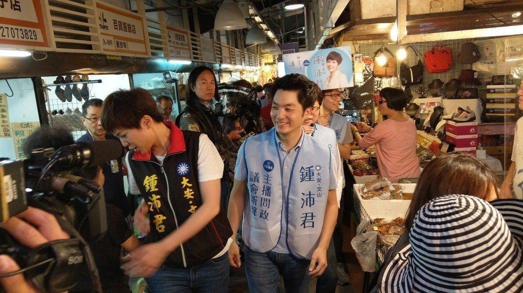 蔣萬安(右)日前陪鍾沛君掃街,民眾頻喊帥哥、美女加油。 記者楊正海/攝影