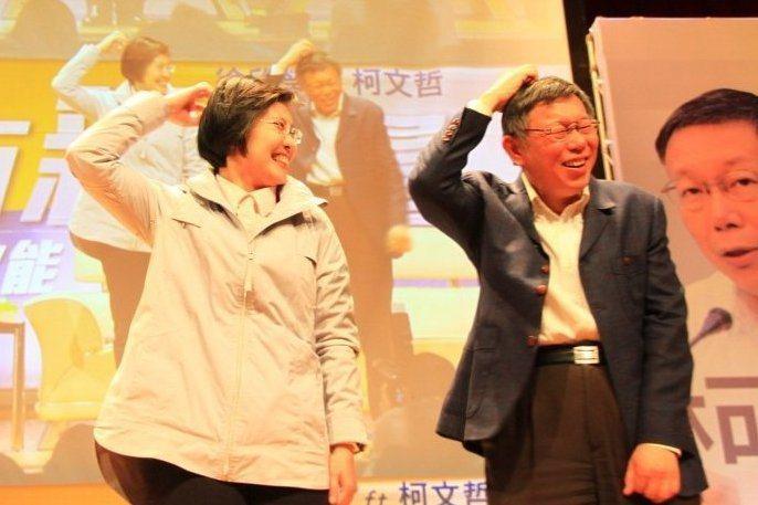 今年3月,台北市長柯文哲(右)與有意角逐新竹縣長的民國黨主席徐欣瑩(左),在新竹...