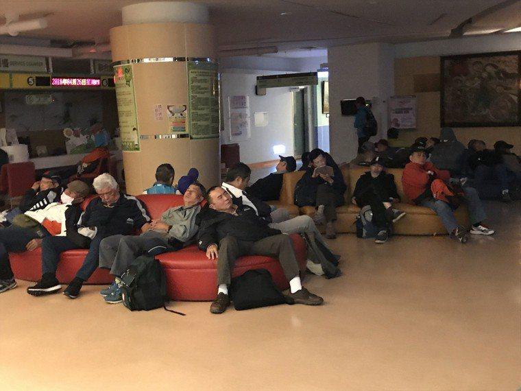 反年改團體睡滿台大兒童醫院一樓沙發區。記者江孟謙/攝影