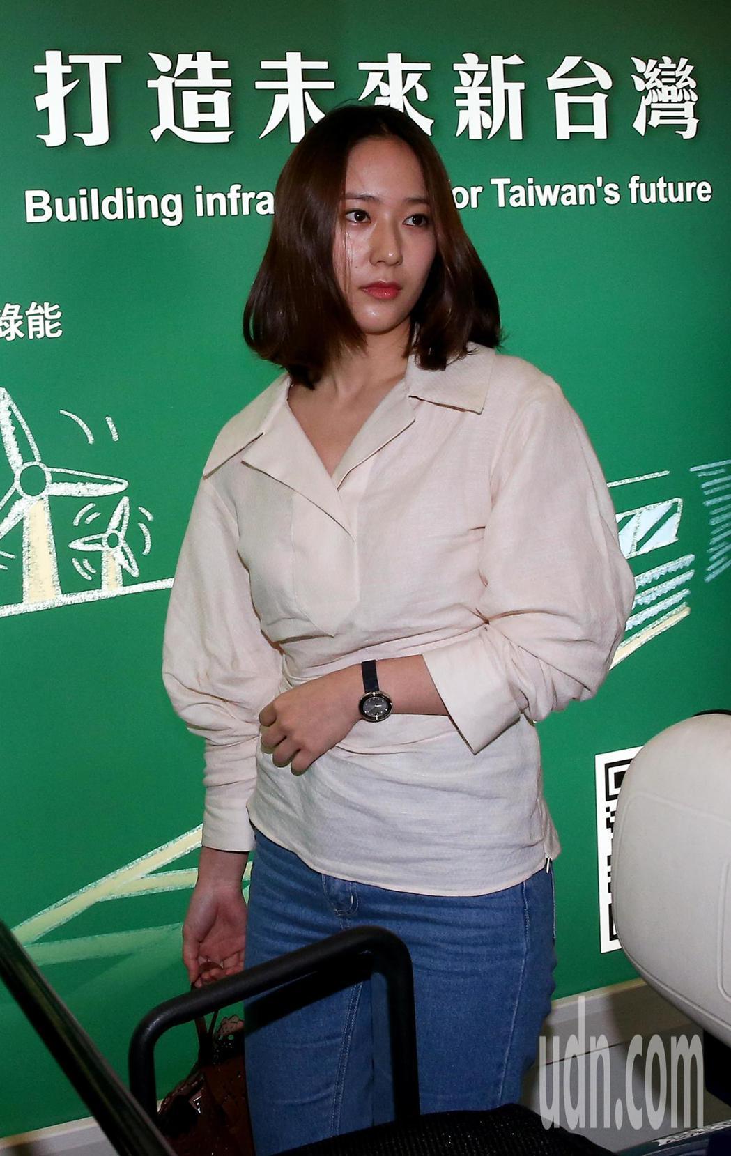 南韓藝人鄭秀晶26日中午抵達桃園機場,將出席精品店開幕代言活動。記者陳嘉寧/攝影