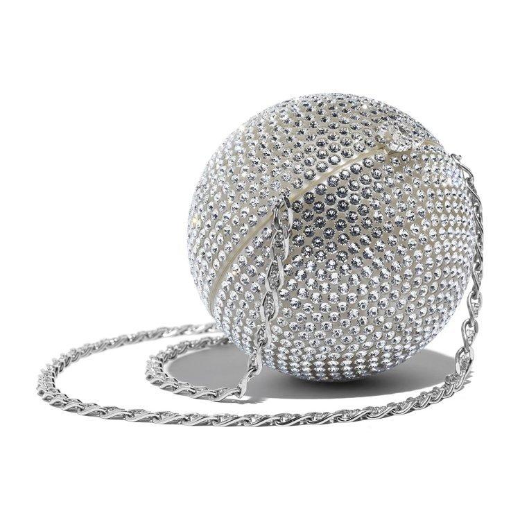 水晶鑲嵌金屬鍊帶硬殼包,49萬1,800元。圖/香奈兒提供