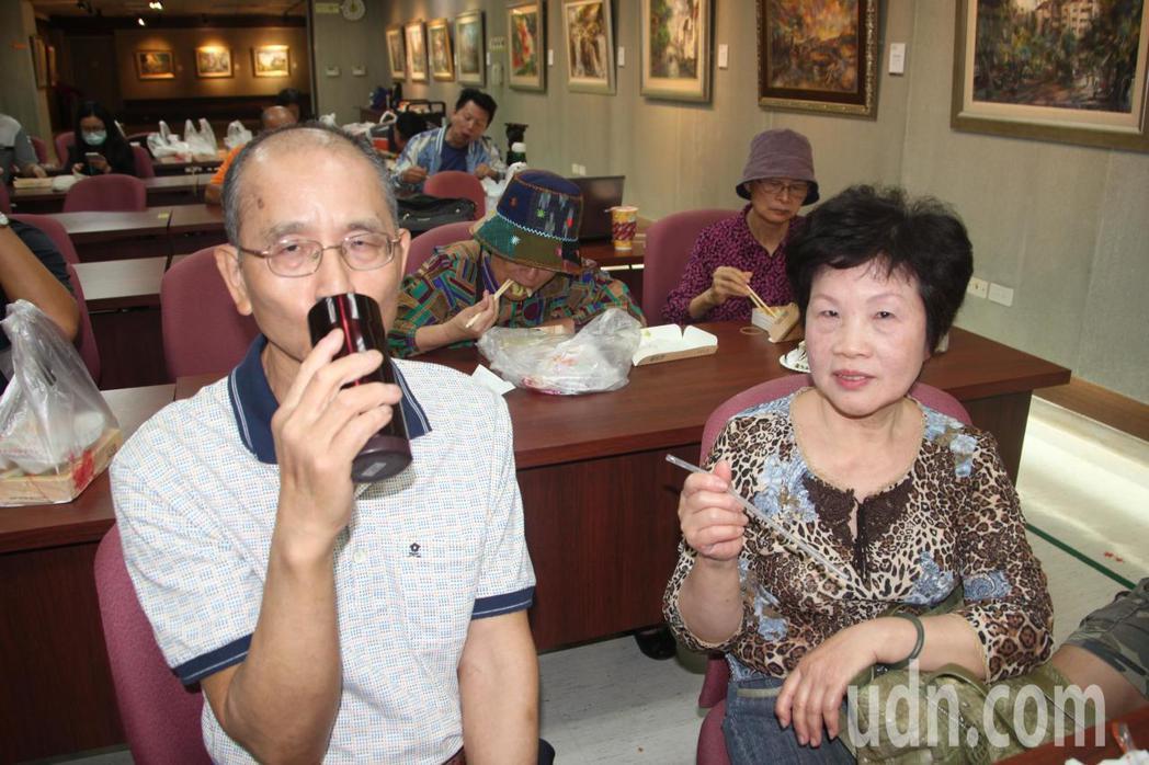 許先生的妻子(右)說,5年前丈夫(左)開始嚴重手抖,連拿杯子喝水都沒辦法,做完「...