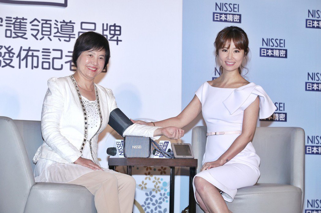 藝人林心如(右)出席NISSEI日本精密活動,發表擔任2018年度品牌守護大使,...