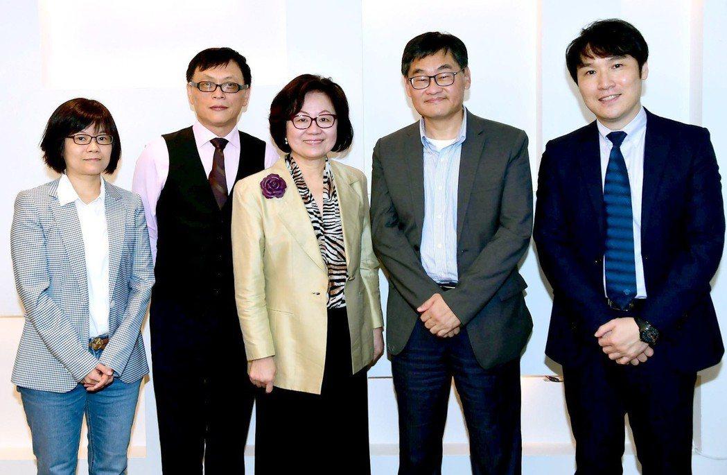 華視高層全新團隊,包括特助劉桂蘭(左起)、副總王育麟、董事長陳郁秀、總經理莊豐嘉...