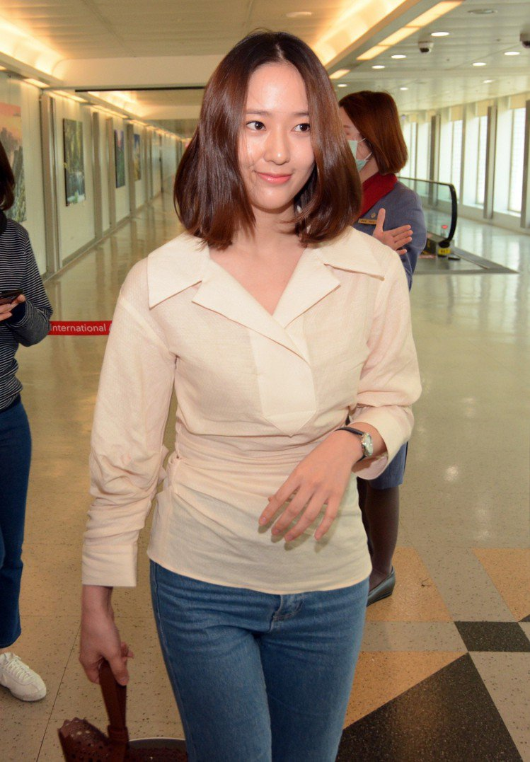 Krystal 鄭秀晶現身台灣,身穿JACQUEMUS的白色襯衫、牛仔褲和平底休...