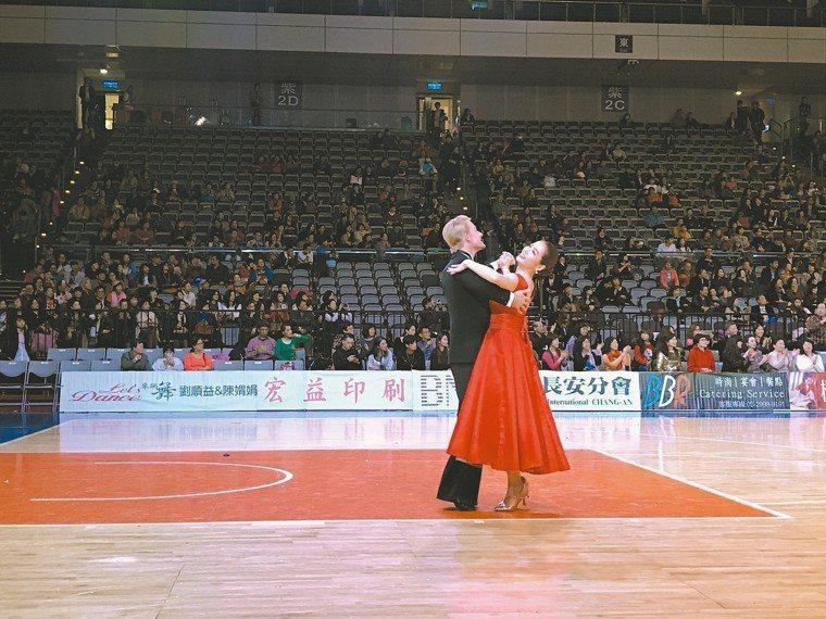 穿高跟鞋跳舞未必會得足底筋膜炎,圖為藝人小嫻(右)過去為國標大賽開舞。 本報資料...
