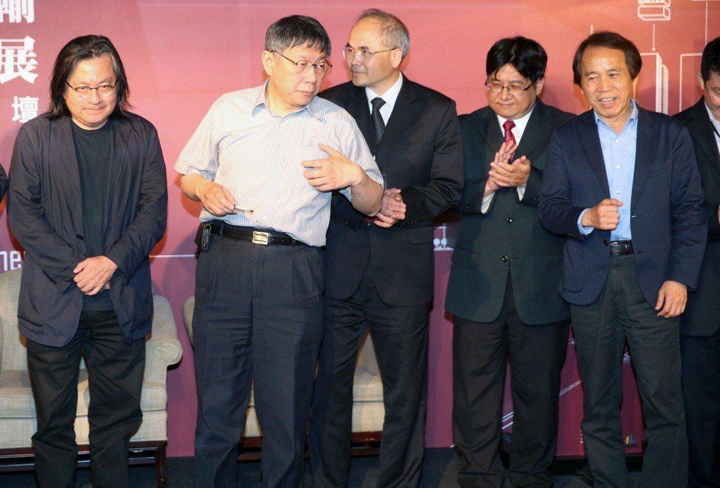 台北市長柯文哲(左二)、國發會副主委曾旭正(左三)、台北市副市長林欽榮(右一)、...