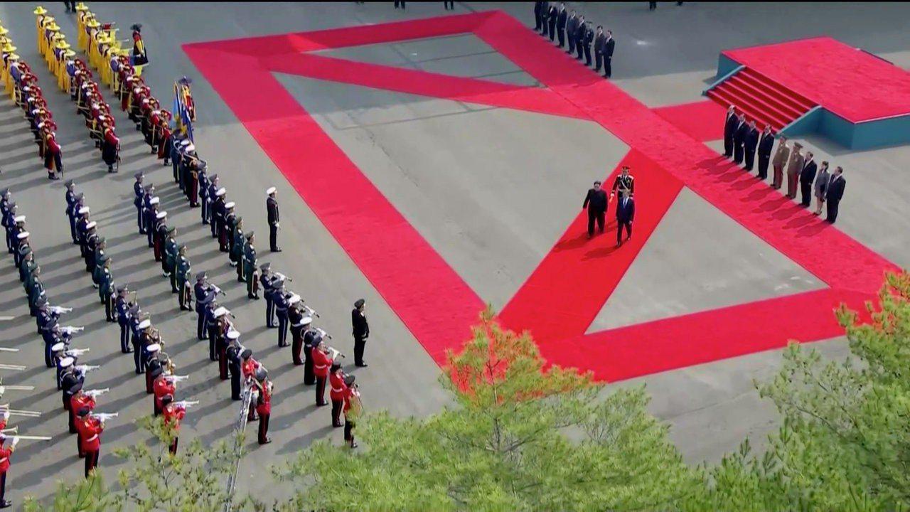 文金兩人在抵達和平之家峰會會場前,校閱迎賓列隊。 路透