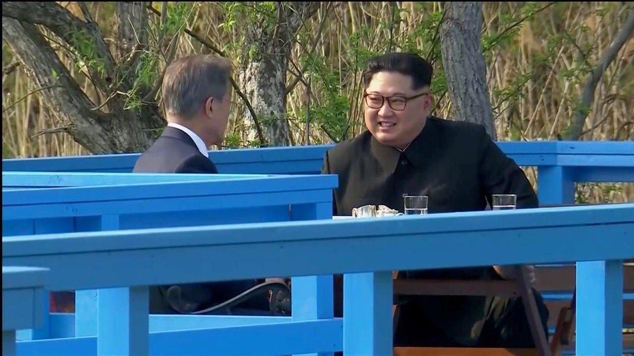 兩韓領袖文在寅、金正恩在植樹之後,在室外一座橋廊坐了下來,工作人員在兩人談話時,...