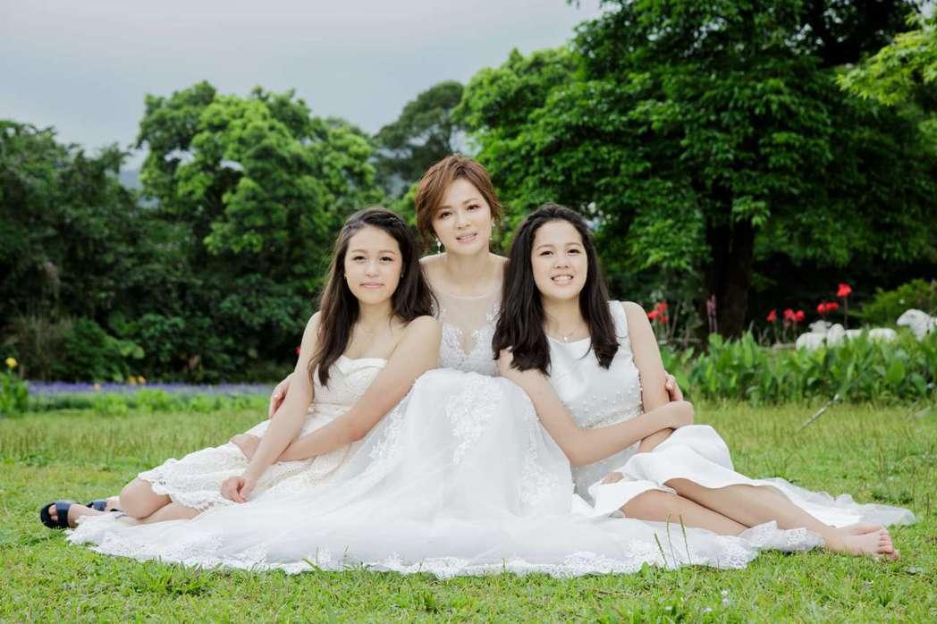 陳施羽(中)和女兒一起拍婚紗照,左為三女兒洪美福,右為二女兒洪巧妙。圖/四季天籟