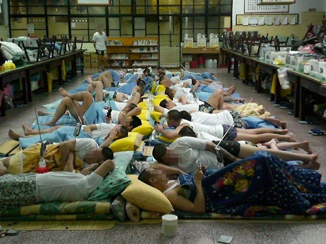 桃園監獄人滿為患,牢房夏天太悶熱,獄方開放作業工場讓收容人睡覺,仍有人滿身汗,內...