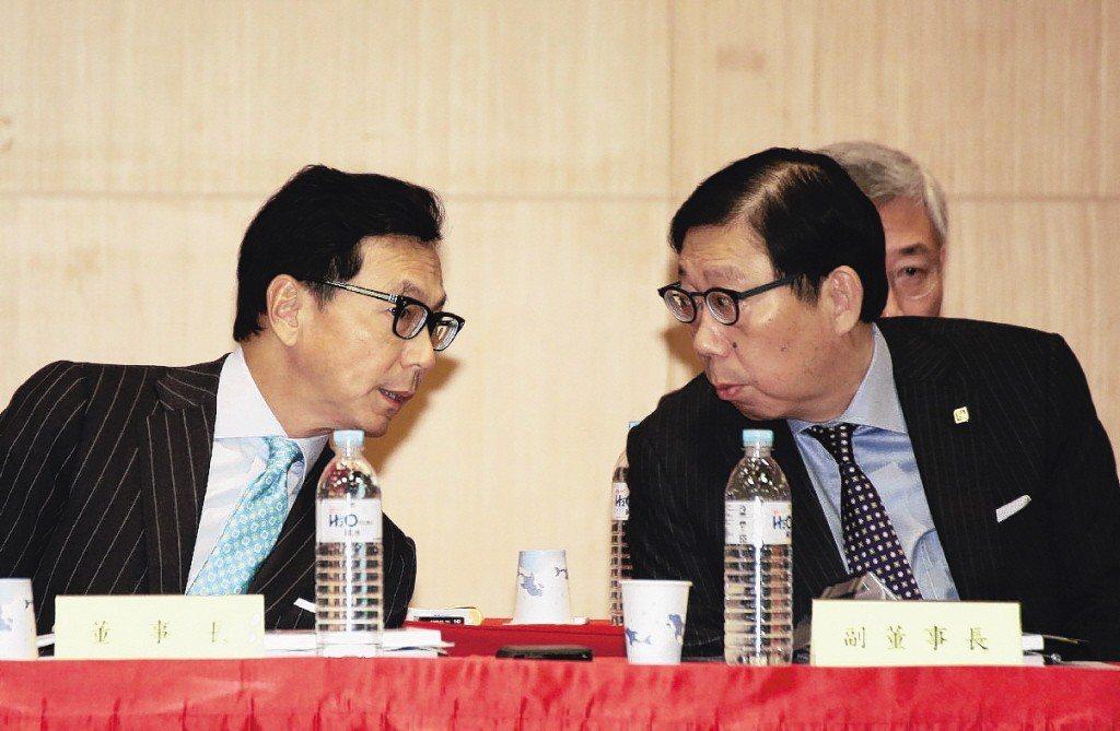 台灣大哥大董事長蔡明忠(左)與副董蔡明興(右)。 圖/聯合報系資料照片