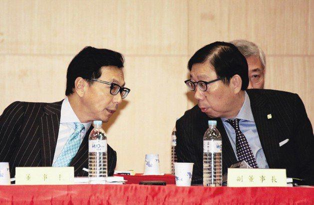 富邦金控董事長蔡明興(右)與副董事長蔡明忠(左)。 圖/聯合報系資料照片