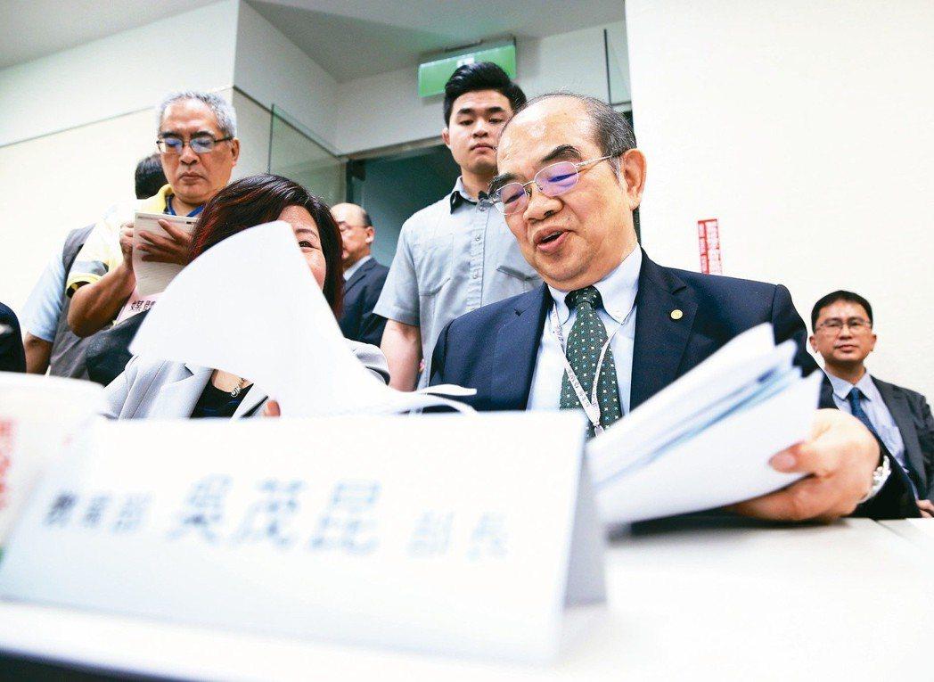 教育部長吳茂昆(前右),被指控將東華大學針對綬草(一種本地原生蘭花)進行的生技研...