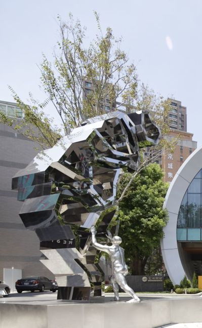 公共藝術-台灣立起來。 圖/宏舜開發提供