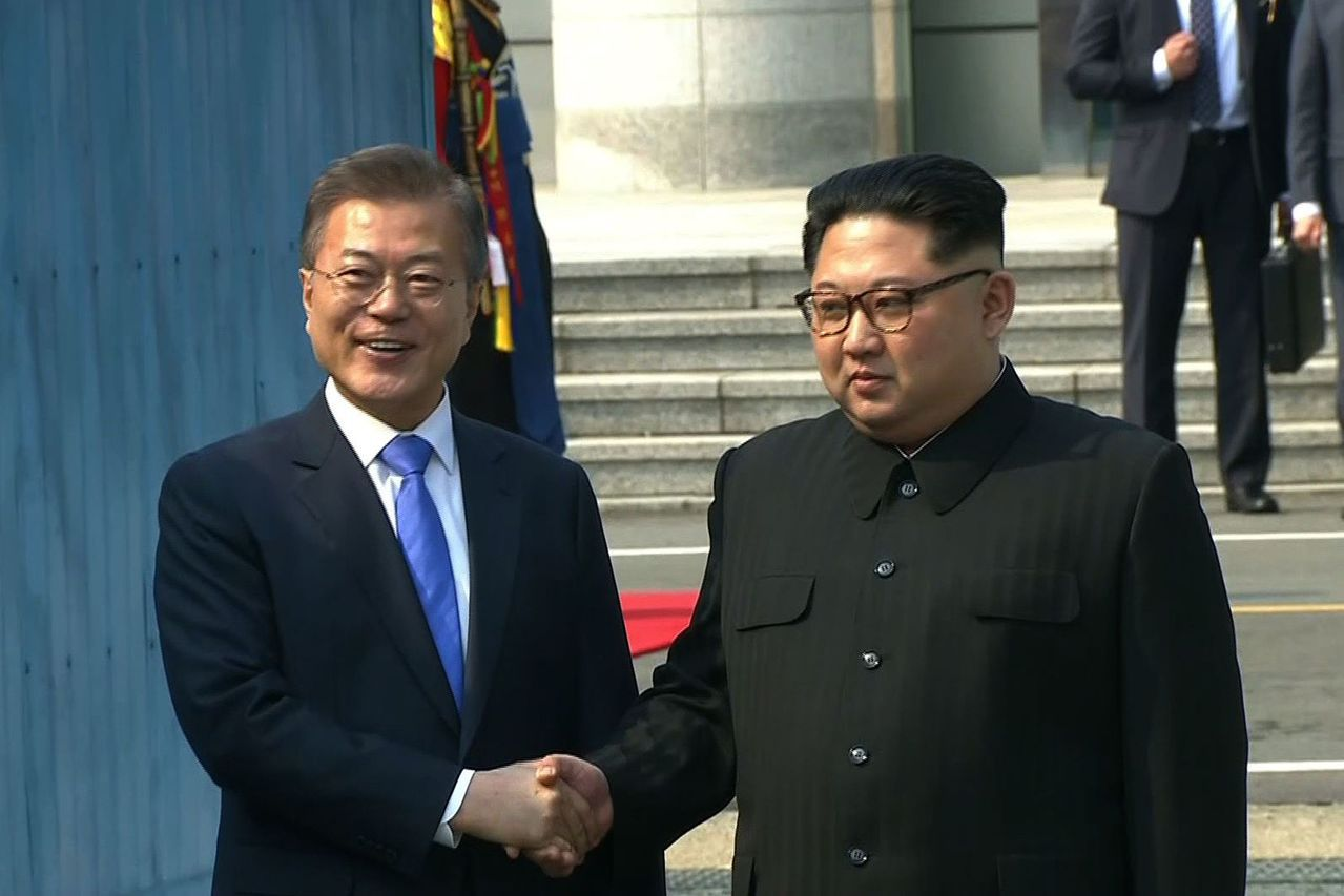 兩韓峰會27日登場,北韓領導人金正恩跨越北緯38度的軍事分界線,南韓總統文在寅親...