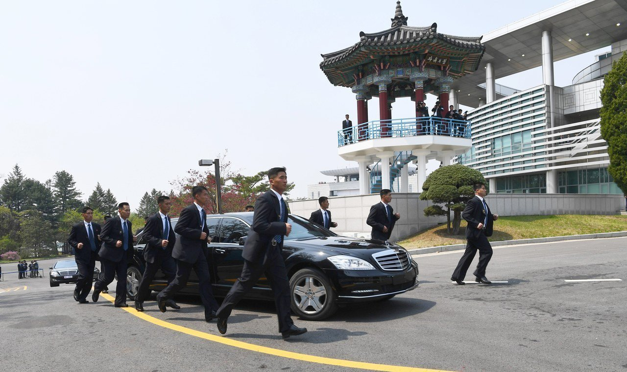北韓領導人金正恩今年4月出席文金會,12名貼身安全人員隨車保護金正恩。 歐新社