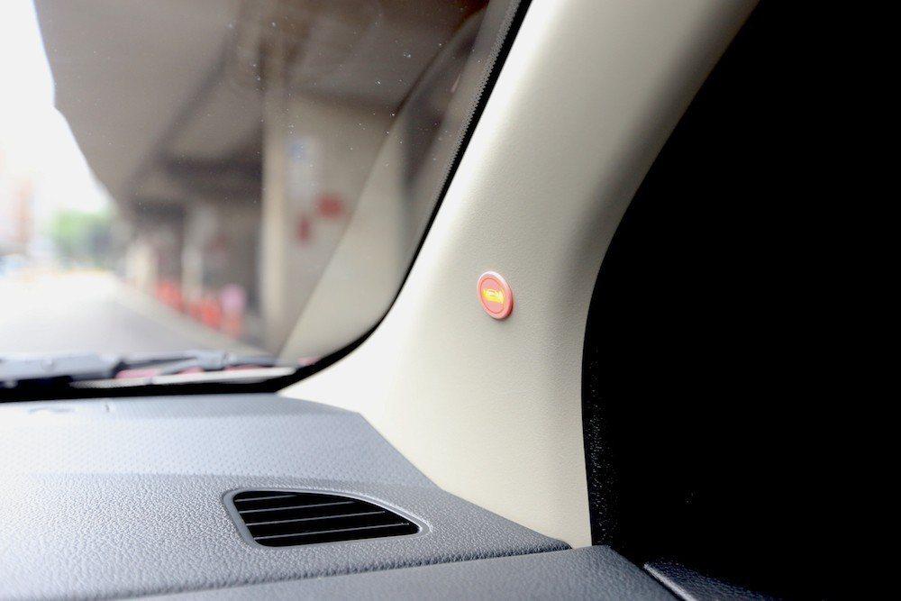 位於A柱上的BSW盲點警示系統透過燈光與聲響提醒駕駛視覺盲區的車況。 本報訊